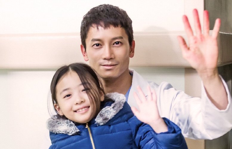 "Ji Sung Plays The Doting Father Even When He's Off-Camera While Filming ""Defendant"""