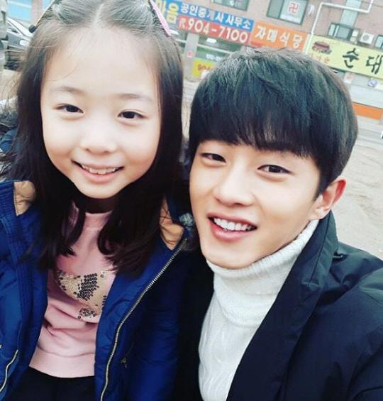 "Kim Min Suk Says Goodbye To ""Defendant"" Child Co-Star Shin Rin Ah With Adorable Photo"