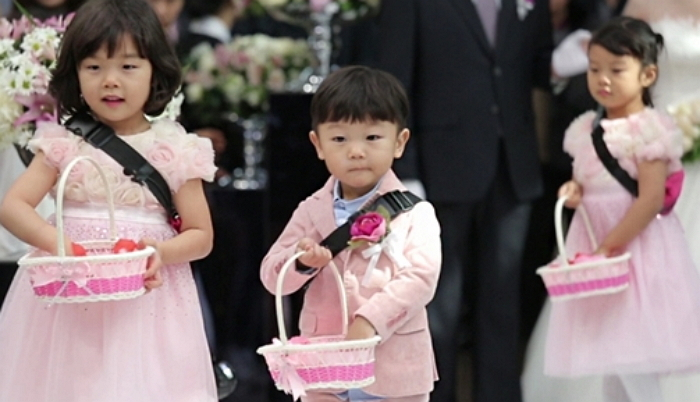 "Daebak And His Sisters Look Pretty In Pink In Preview Stills For ""The Return Of Superman"""