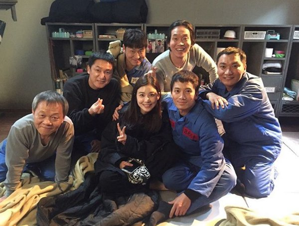 """Lee Bo Young Brightens Up Ji Sung's Day At Set Of """"Defendant"""""""