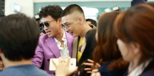 "Yoo Ah In's Hairstyle Draws Attention In New ""Chicago Typewriter"" Stills"