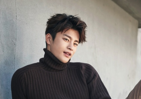Seo In Guk Bids Farewell To Fans With Photo Of His Military Buzz Cut