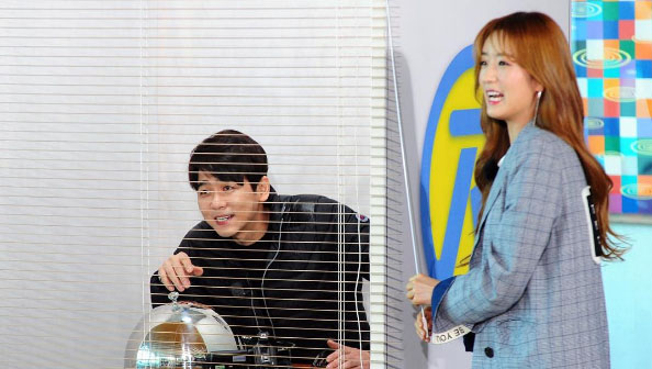 """Apink's Bomi And Choi Min Yong Are Hard At Work In Stills For Upcoming """"Running Man"""""""