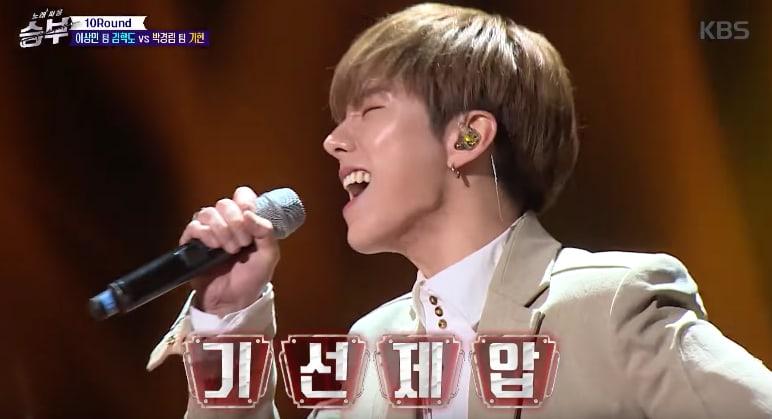 "Watch: MONSTA X's Kihyun Successfully Overcomes Generation Gap On ""Singing Battle"""