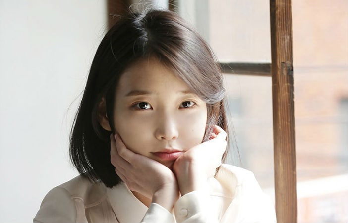 """IU Hilariously Throws In The Towel During Cute """"Argument"""" With Her Manager"""