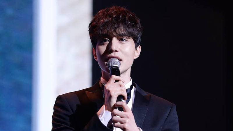 """Lee Dong Wook Is Hilariously Candid About His Thoughts During """"Goblin"""" Kiss Scene With Yoo In Na"""