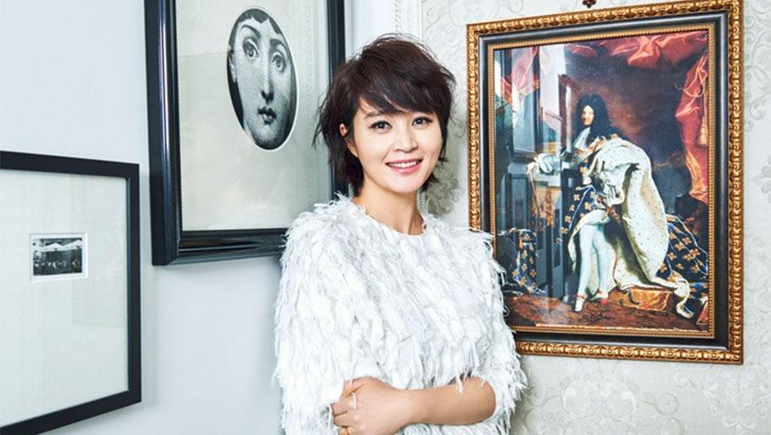 Kim Hye Soo Spreads Love At Baeksang Arts Awards By Hugging Junior Actresses