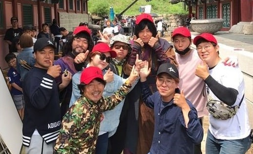 "Yoon Kyun Sang Prepares Meaningful Goodbye Gifts To Cast And Crew Of ""Rebel: Thief Who Stole the People"""
