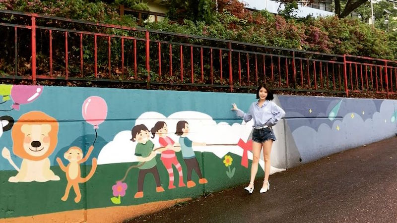 IU Pays Visit To Her Fans' Sweet Community Service Project