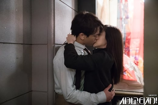 """Chicago Typewriter"" Takes Viewers Behind The Scenes Of Yoo Ah In And Im Soo Jung's Kiss Scene"