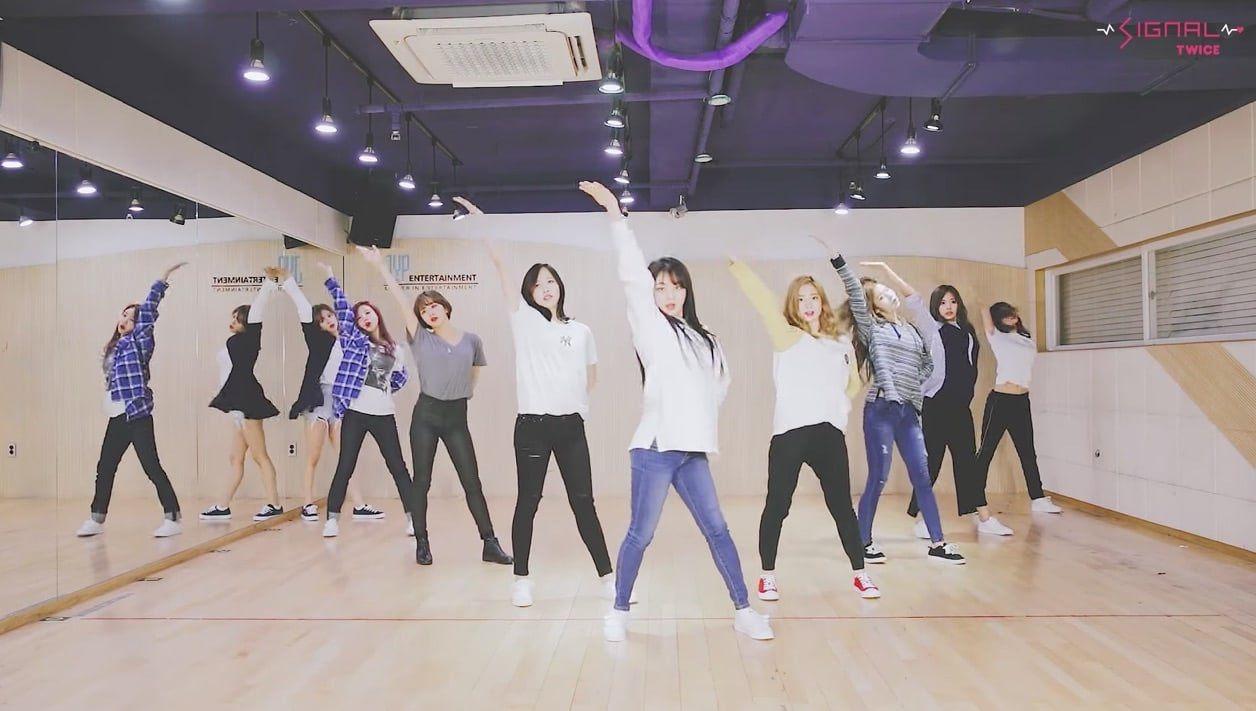 "Watch: TWICE Performs Energetic And Fun Choreography For ""Signal"" In Dance Practice Video"