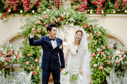 Actress Yoon So Yi And Musical Actor Jo Sung Yoon Tie The Knot In Beautiful Springtime Wedding