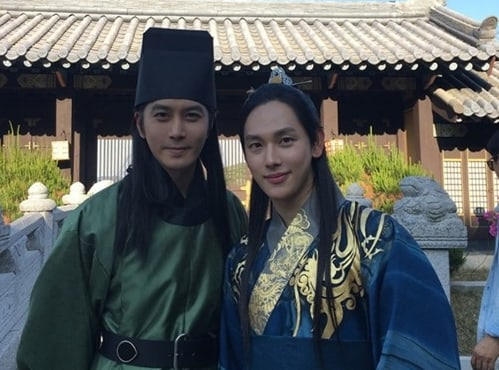 """""""The King Loves"""" Reveals First Look At Bromantic Couple Im Siwan And Kim Jung Wook"""