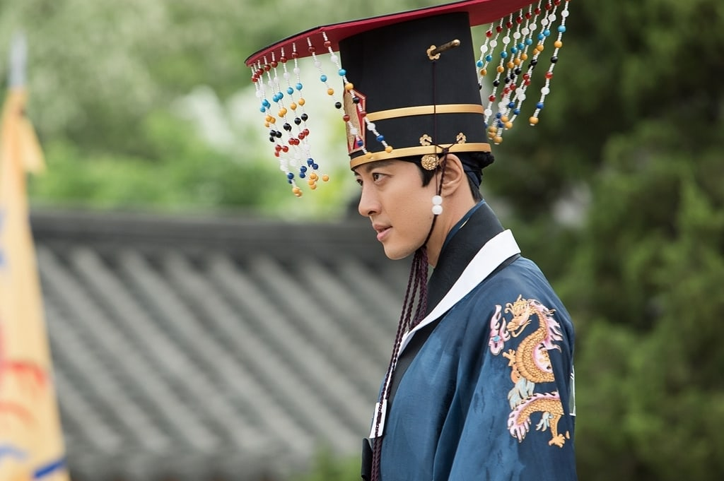 """Queen For 7 Days"" Releases Charismatic New Stills of Lee Dong Gun"