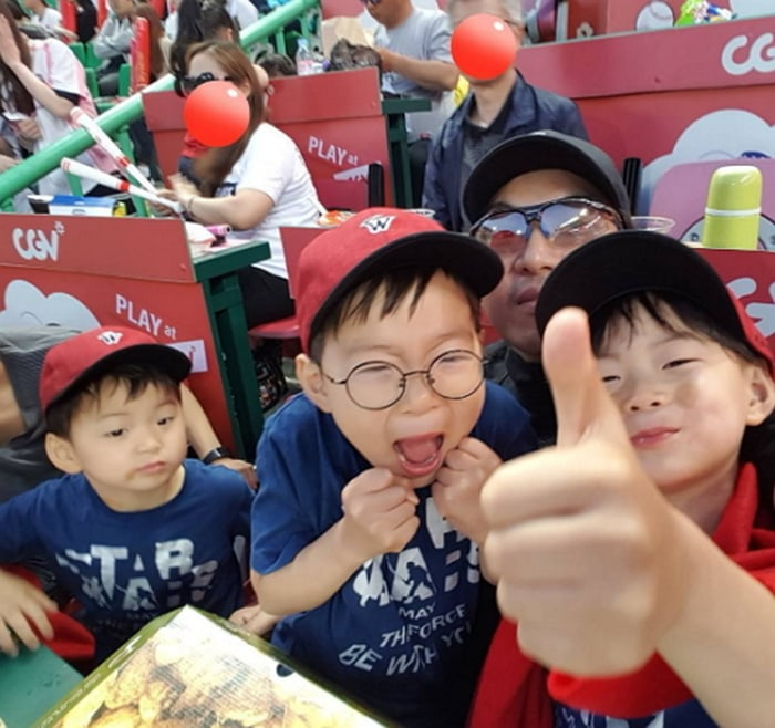 Song Triplets Attend First Baseball Game With Their Dad Song Il Gook