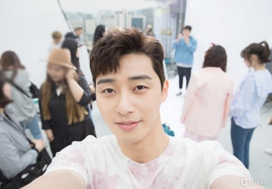 """Park Seo Joon Is Ready To Steal Viewers' Hearts In Behind-The-Scenes Photos From """"Fight My Way"""""""