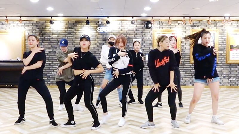 """Watch: Kim Chungha Slays In Dance Practice Video For """"Why Don't You Know"""""""