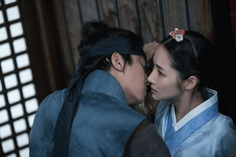 """""""Queen For 7 Days"""" Teases Potential Kiss Scene Between Yeon Woo Jin And Park Min Young"""
