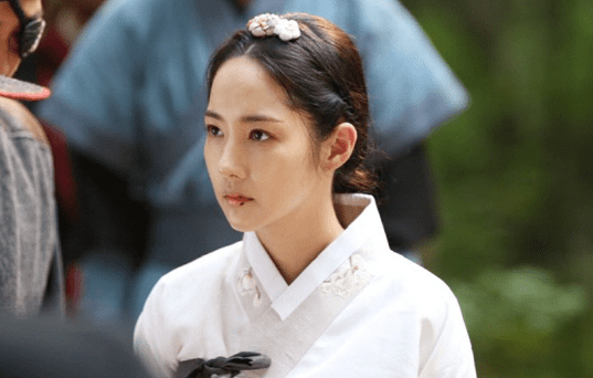 """""""Queen For 7 Days"""" Teases Rising Tensions In Latest Stills Featuring Park Min Young"""