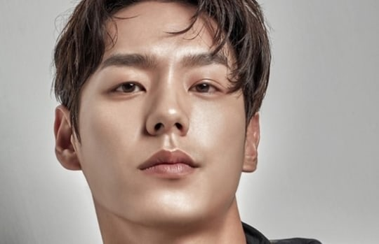 Kwak Si Yang Talks About Trying To Keep Up With Yoo Ah In For tvNs Chicago Typewriter
