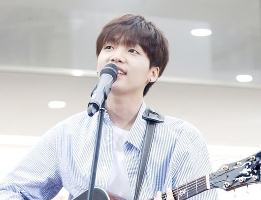 """Jeong Sewoon From """"Produce 101 Season 2"""" Attracts Insane Number Of Fans At Busking Event"""