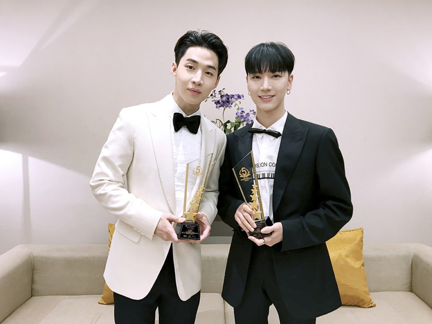 Super Juniors Henry And NCTs Ten Commemorated At Thailand Headlines Person Of The Year Awards