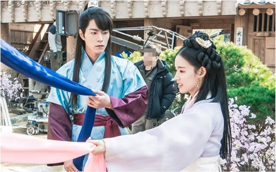 "Hong Jong Hyun And Park Hwan Hee Give Us Sibling Envy In New Stills For ""The King Loves"""