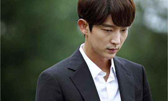 "Lee Joon Gi's Character Is Struck With Grief In New ""Criminal Minds"" Stills"