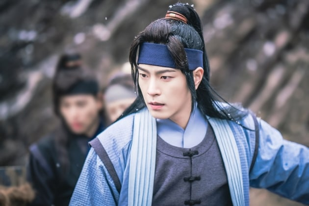 "Hong Jong Hyun Shares Secret To Maintaining His ""The King Loves"" Hair Between Takes"