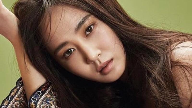 Girls' Generation's Yuri Informs Fans Of Leg Injury