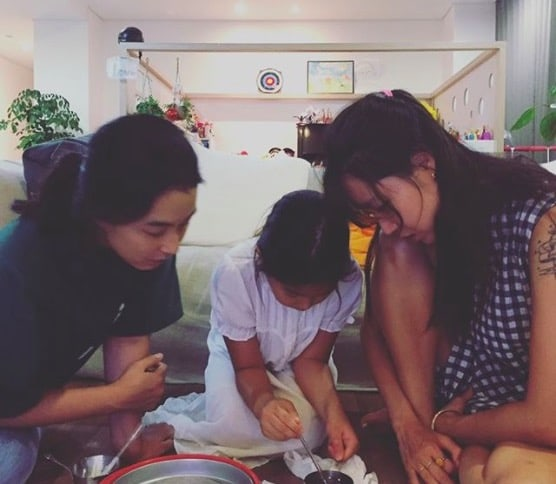 Gong Hyo Jin Shares Photos From Her Cozy Evening With Haru And Kang Hye Jung