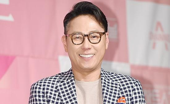 "Yoon Jong Shin's ""Like It"" Achieves Perfect All-Kill On Charts"