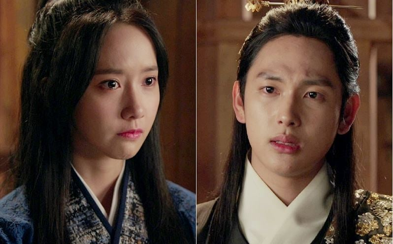 """""""The King Loves"""" Releases New Stills Of YoonA And Im Siwan Reuniting In Prison"""