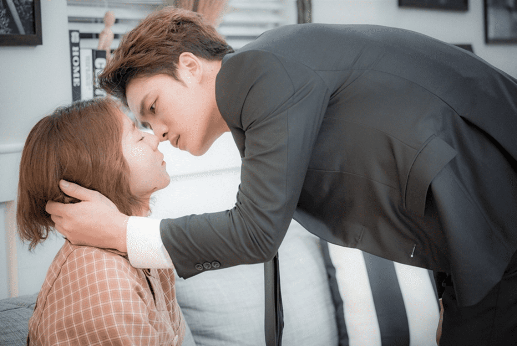 """Manhole"" Teases An Awkward Situation Between UEE, Kim Jaejoong, And Jang Mi Kwan In Stills"