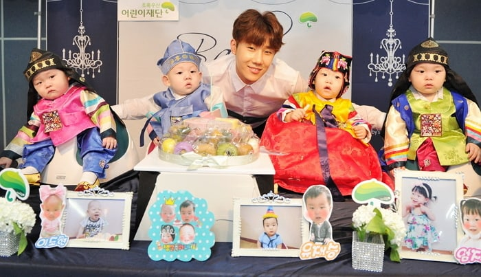 INFINITEs Sunggyu Helps Children At Orphanage Celebrate Their First Birthdays