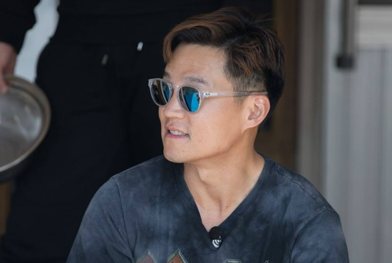 """Watch: Lee Seo Jin Jokes About His Lonely Love Life On """"Three Meals A Day"""""""