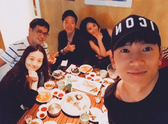 "Girls' Generation's Yuri Shows Off Lasting Friendship Between Cast Of ""Defendant"""