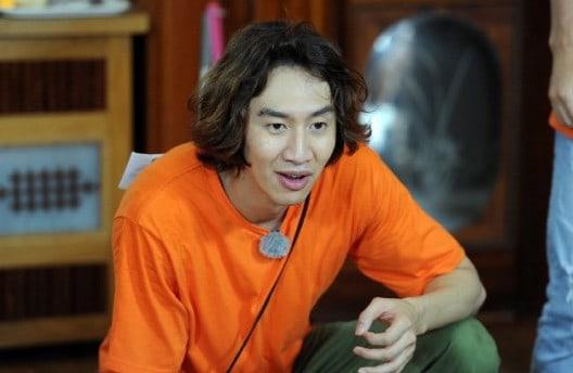 "Lee Kwang Soo Fights For Kim Jong Kook's Love On ""Running Man"""