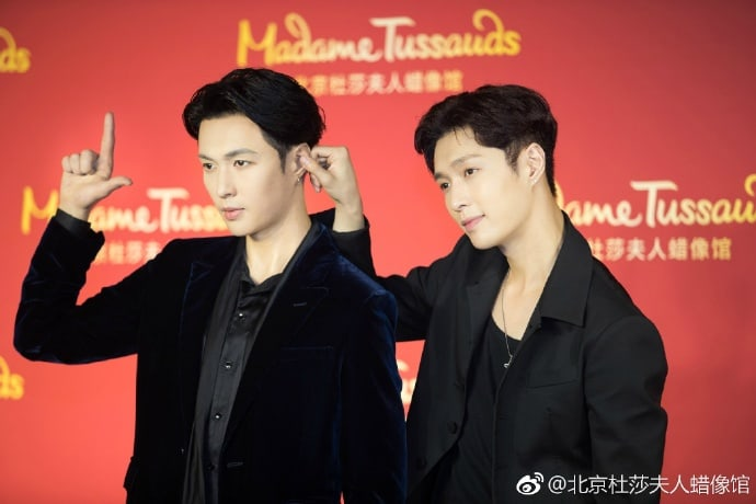 EXO's Lay Meets His Wax Figure At Madame Tussauds In Beijing