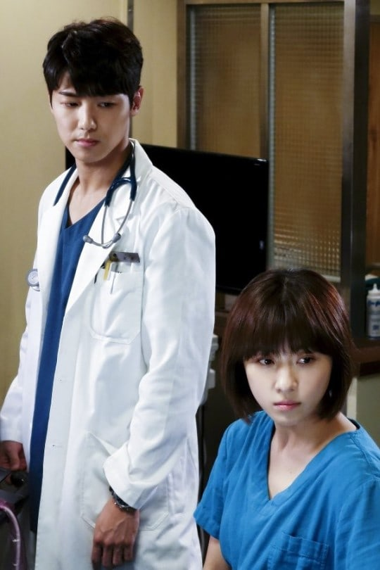 """Hospital Ship"" Teases Upcoming Confrontation Between Ha Ji Won And Kang Min Hyuk"