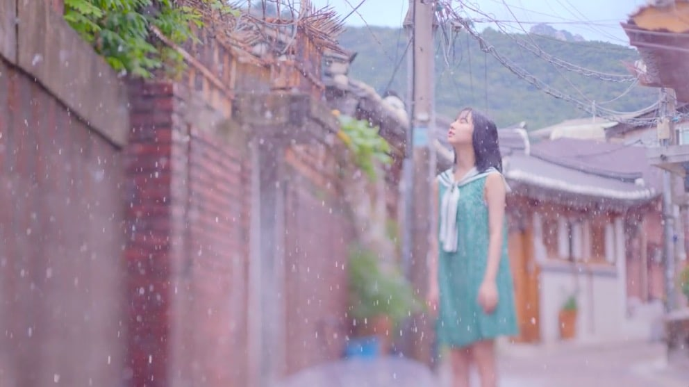 """GFRIEND's Eunha Explains Why She's The Only Member To Get Rained On In """"Summer Rain"""" MV"""