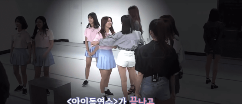 "Watch: Kim Na Yeon Tearfully Reunites With GFRIEND Members On ""Idol School"""