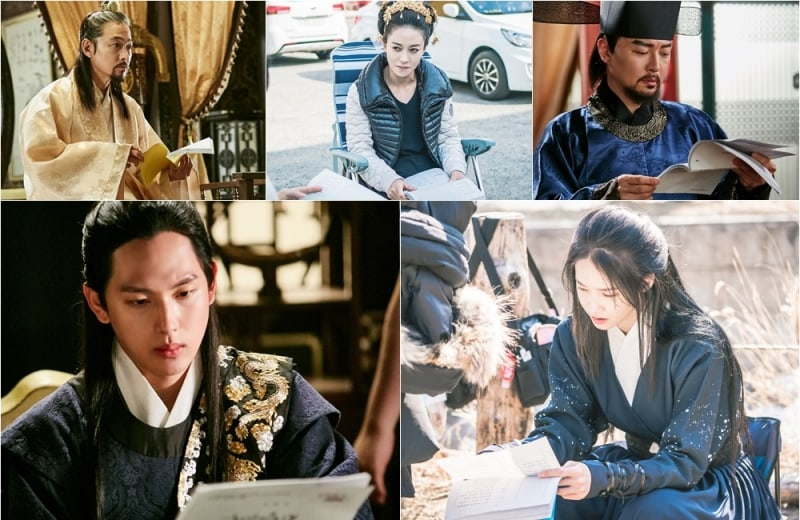 """New Stills Of """"The King Loves"""" Show How Much The Cast Love Their Scripts"""