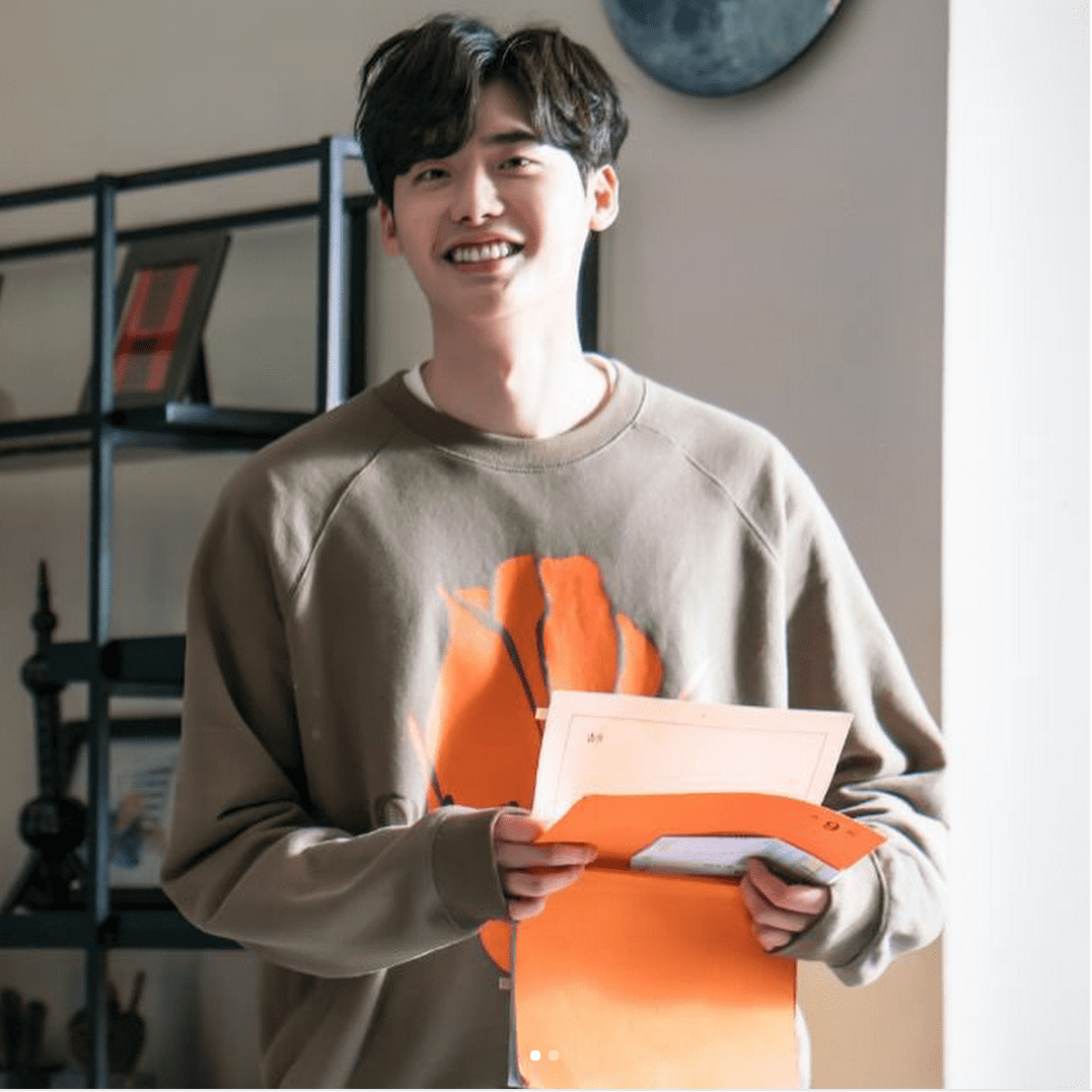 """Lee Jong Suk Is Adorable Behind-The-Scenes On """"While You Were Sleeping"""" During Rehearsal"""