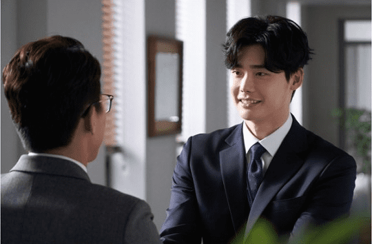 """""""While You Were Sleeping"""" Reveals Funny New Looks At Lee Jong Suk's Character In Preview Stills"""