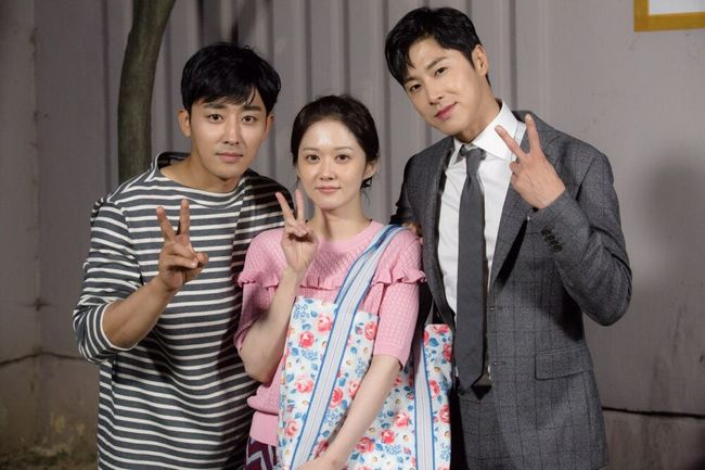 TVXQ's Yunho Snaps Photo With Lead Actors After Cameoing In Son Ho Jun's Drama