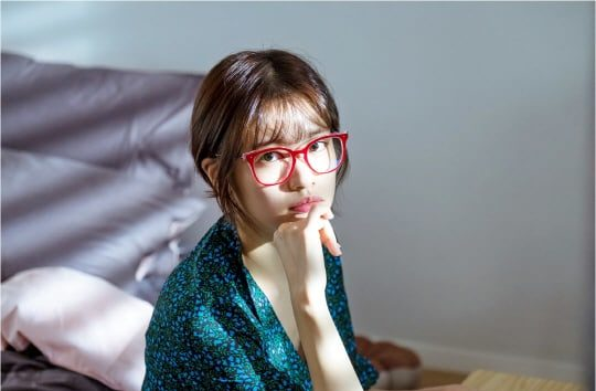 "Jung So Min Is A Hardworking Assistant Writer In ""Because This Is My First Life"" Stills"