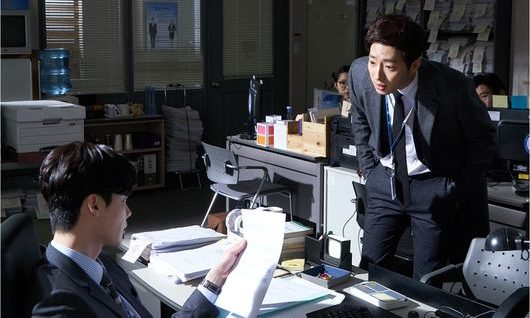 """Lee Jong Suk And Lee Sang Yeob Go Head To Head In """"While You Were Sleeping"""" Stills"""
