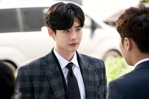 "Lee Jong Suk Snaps Into Character In Behind-The-Scenes Stills From ""While You Were Sleeping"""