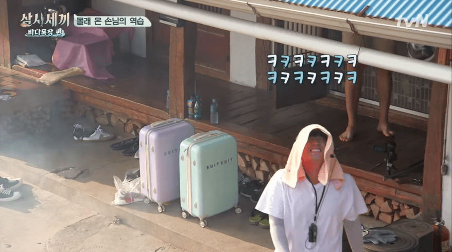 "Watch: Shinhwa's Andy And Minwoo Show How To Hide In Plain Sight On ""Three Meals A Day"""